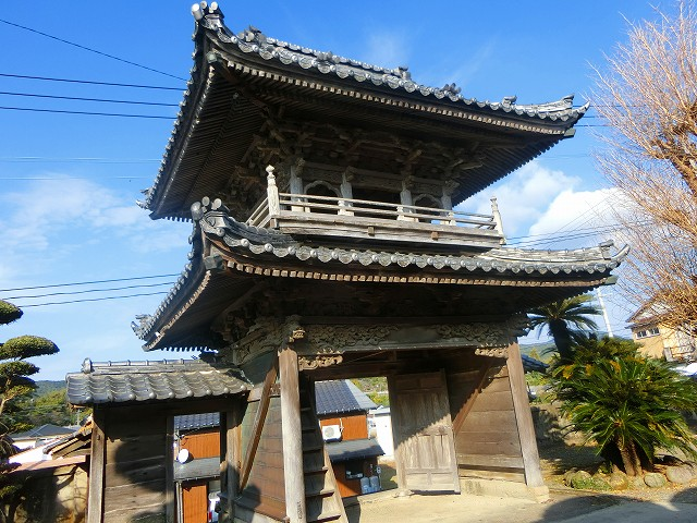 西徳寺の山門は歴史を感じさせます。