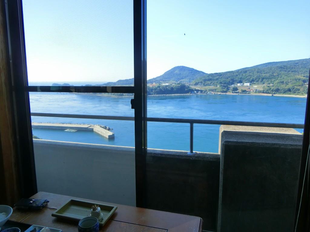 窓の外には黒之瀬戸海峡が見えます。
