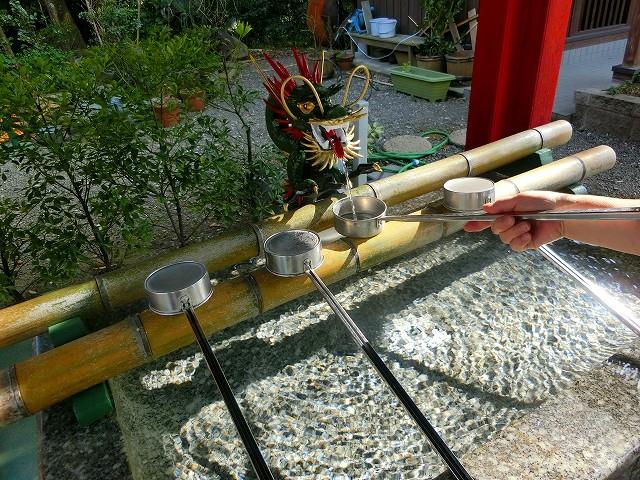 加紫久利神社の手水舎で身を清めました。