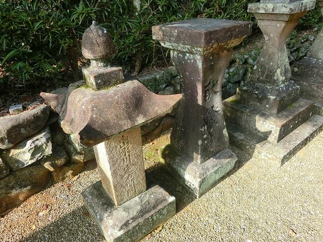 江戸時代の力士・出水川が寄贈した石灯籠です。