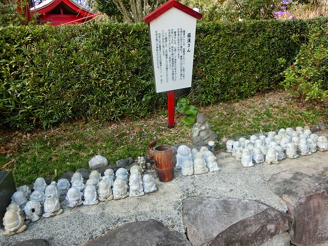 地元の陶工の方が五十羅漢さんを奉納されました。