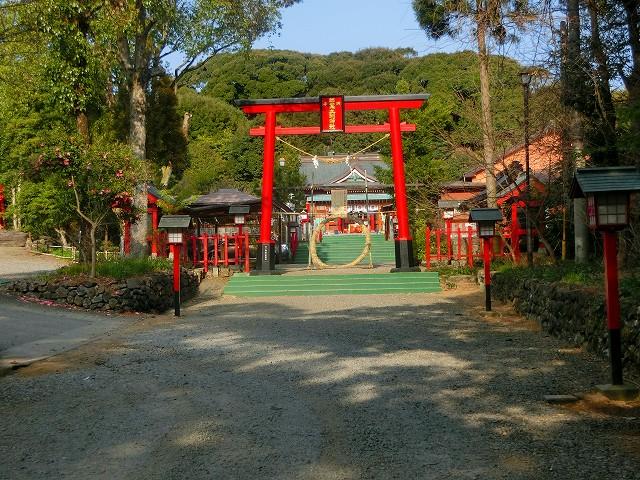 鳥居と参道に歴史を感じました。