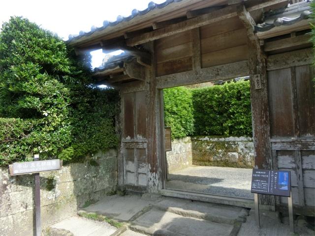 平山家の武家門、入ってすぐに石塀。
