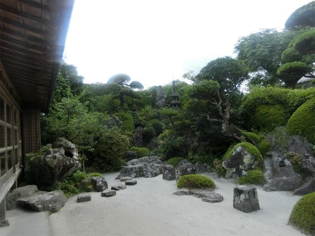 石や岩を使った少し変わった庭園。