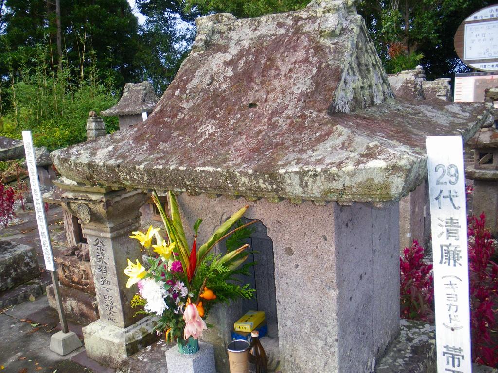 小松帯刀のお墓はお花が手向けられています。