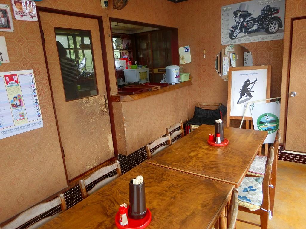 山里ラーメンはテーブル席が8席と座敷が4席だけ。