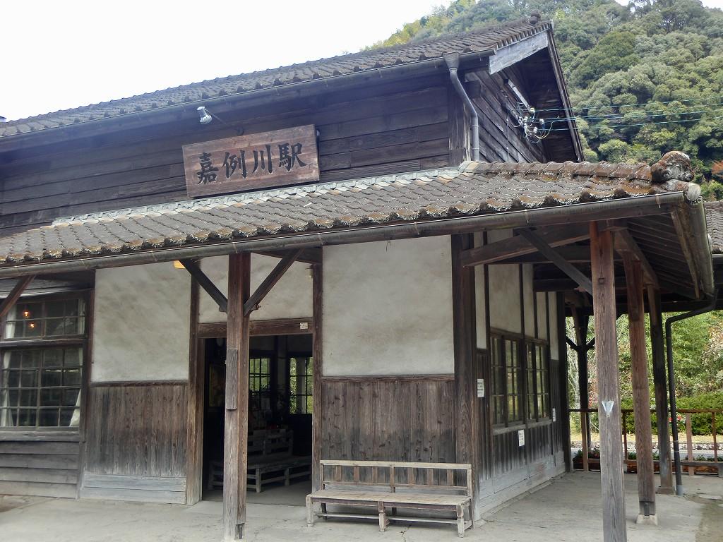 嘉例川駅は人気の古い木造駅舎です。