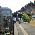 鹿児島県で最古の木造駅舎・嘉例川駅で観光列車「はやとの風」と遭遇。