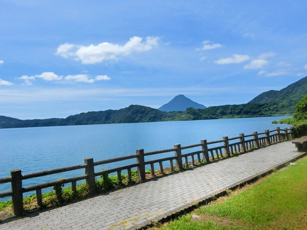 池田湖のむこうには開聞岳が見えます。