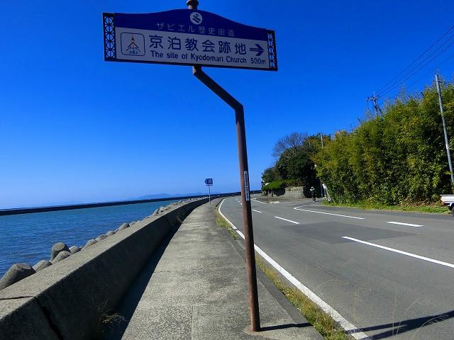 川内港ターミナルの前の丘にあります。