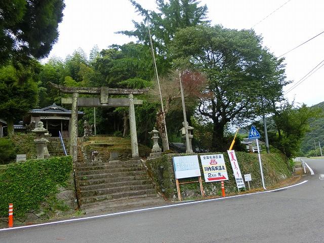 西方から進むと諏訪神社の宮司バス停。