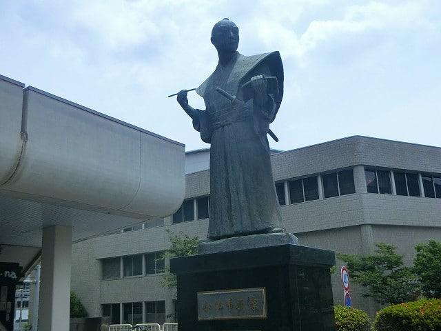 宝山ホールに建つ小松帯刀像です。
