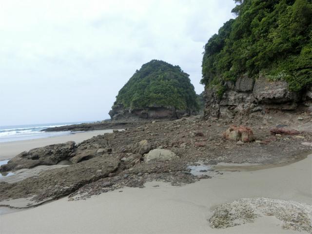 砂浜と岩山の間を進みます。