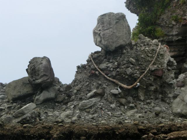 しめ縄がかけられた岩でした。