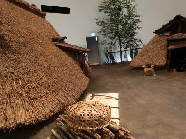 古代の竪穴式住居が再現されています。