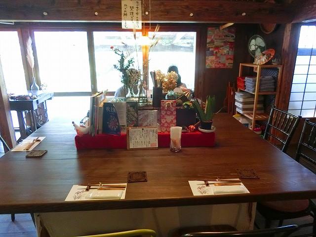 東風の中央には大きなテーブルがあります。