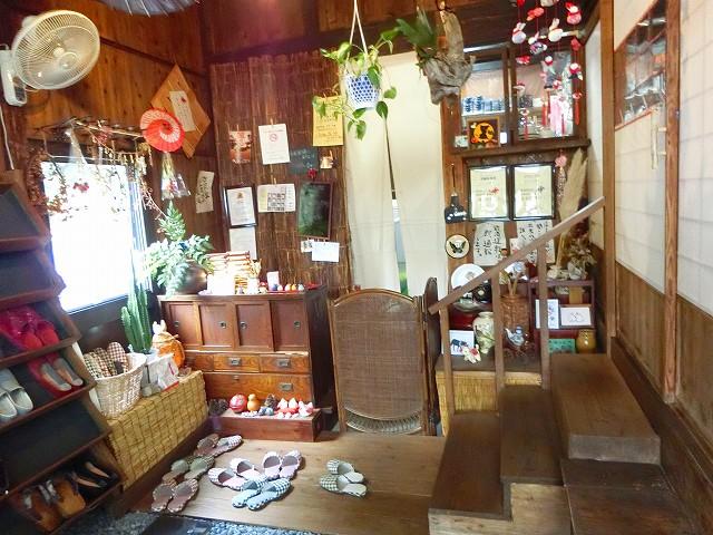 古民家食堂東風の玄関は賑やかです。