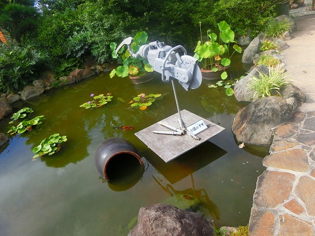 池の中には鉄のサギが、一番目のオブジェです。