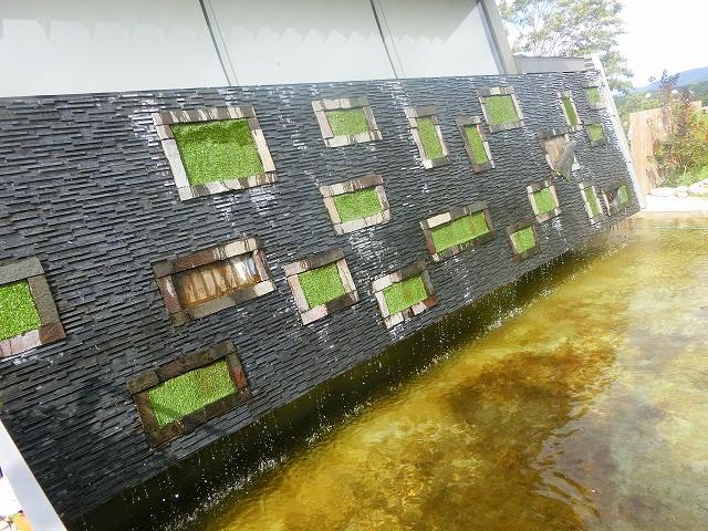 テラスカフェ空の壁から水が流れています。