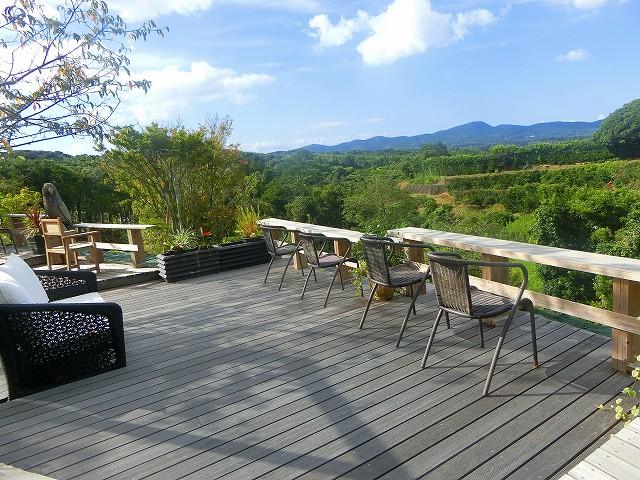テラスカフェ空からは山並みや景色が一望できます。