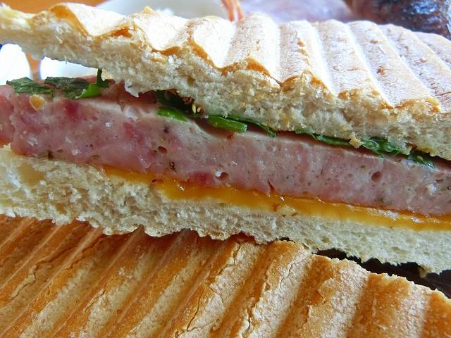 サンドイッチプレートにはマイスターが加工したお肉を挟みます。