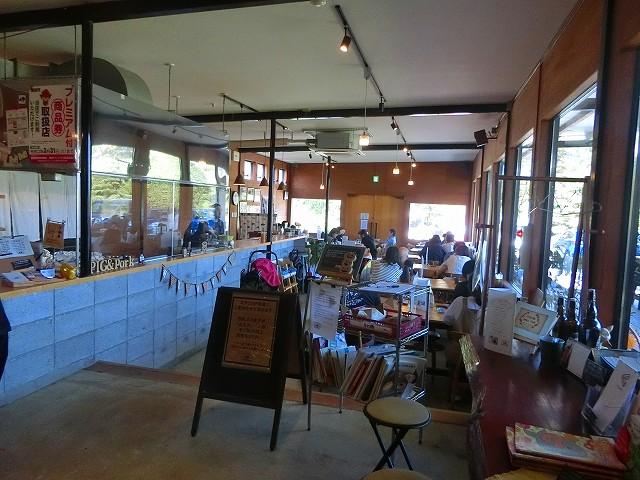 ふくどめ小牧場の販売店の先にレストランがあります。