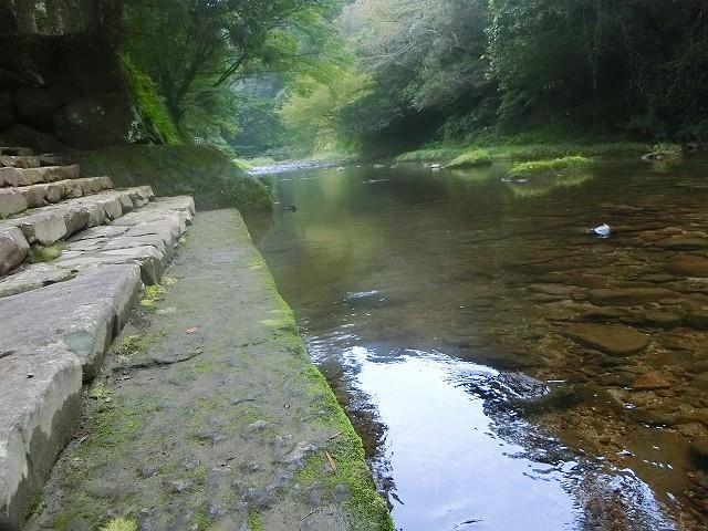 この姶良川は奥の陵墓まで流れます。