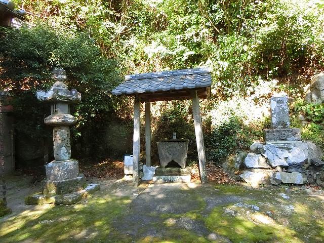 薩摩藩は島津家の家紋が入った灯籠を奉納しました。