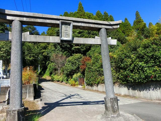 第二の鳥居からは坂道の参道になります。
