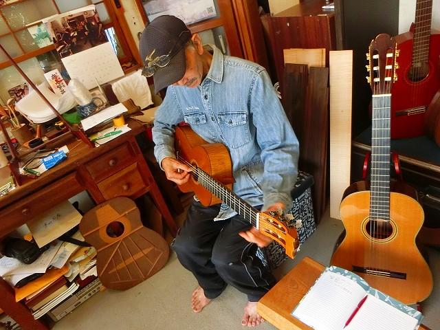 田中俊彦さんがギターの音を調整中です。