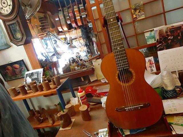 木の工房には作りかけのギターや木工品がありました。