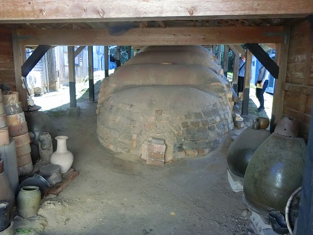 荒木陶窯の登り窯を下から見ます。