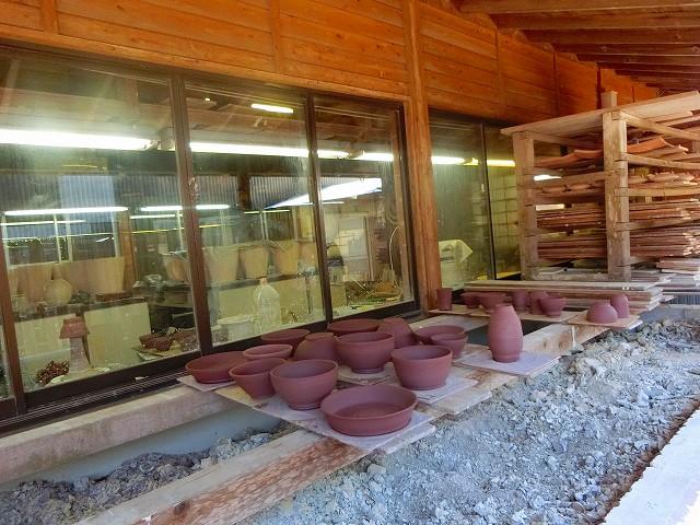 焼きあげる前の陶器が並びます。