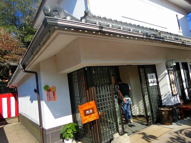 15代の薩摩焼が展示される沈壽官窯のギャラリーです。