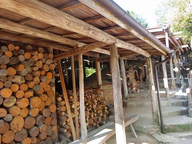 この薪を燃やして登り窯で薩摩焼を焼きます。