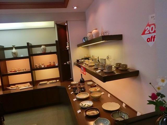 上段にある白薩摩焼は優美な美しさがあります。