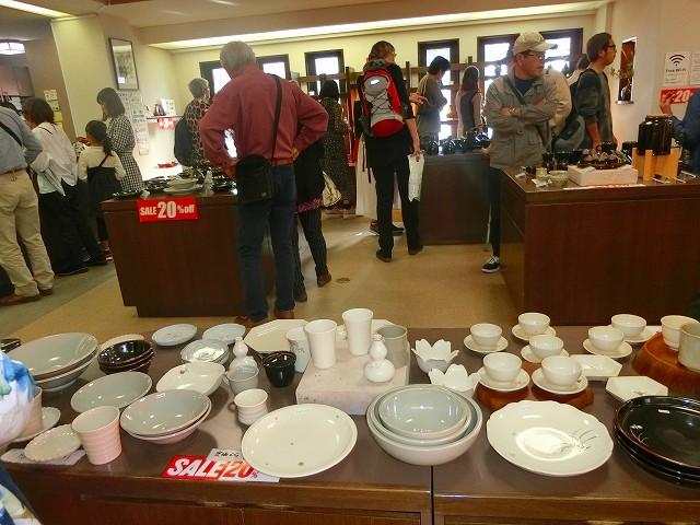ギャラリーでは多くの陶芸ファンが品定め中です。