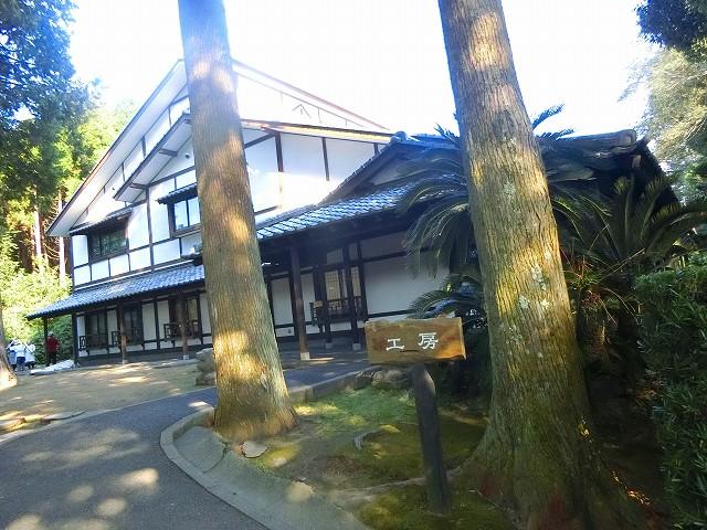 沈壽官窯の大きな工房は木漏れ日の中です。