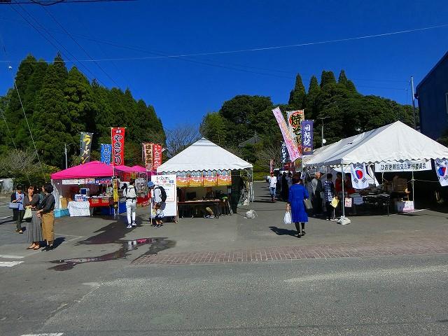 右のテントが美山窯元祭りの本部。