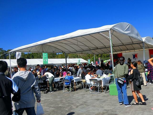 イベント広場では美山コンサートも開催中。