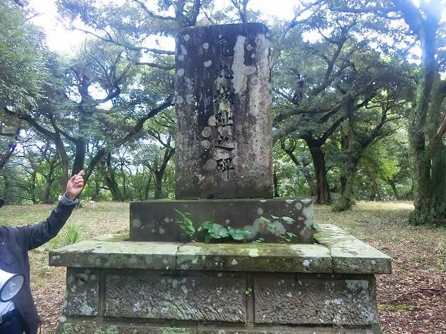 亀丸城址の碑がありました。
