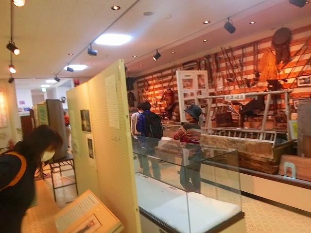 資料館には昔の農具なども展示