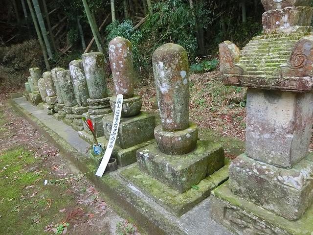 妙通寺の石屋禅師と歴代住職のお墓。