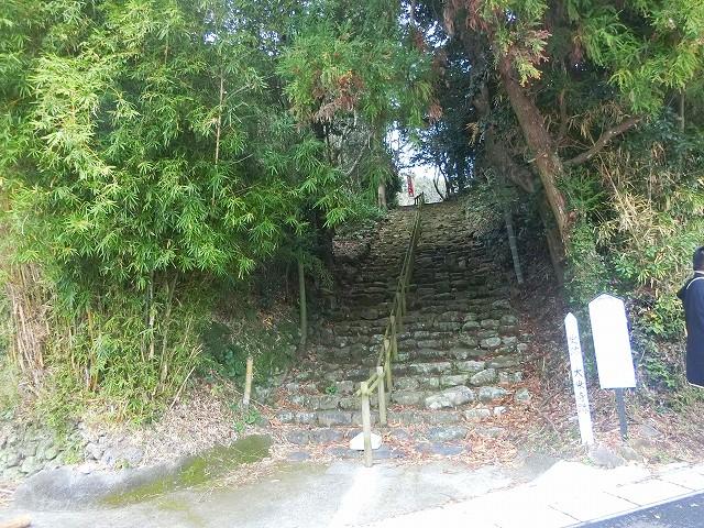大乗寺はこの石段の上にあります。