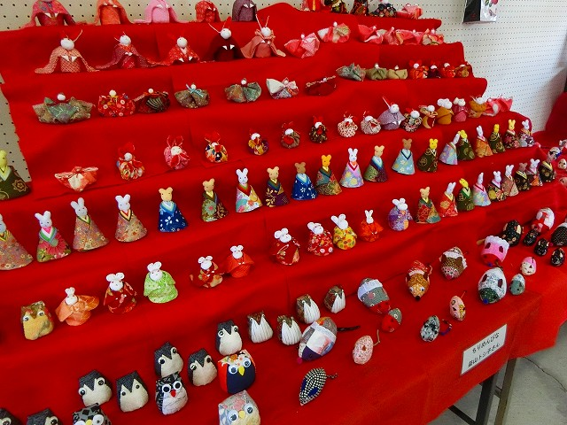 ちりめんの人形達も展示されています。