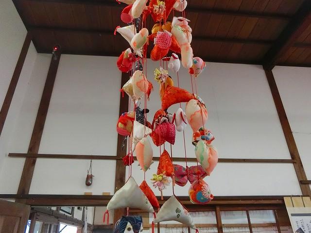 色鮮やかな吊るし雛が下がります。