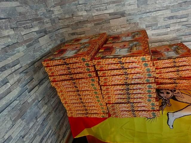 ピザを入れる箱が山積みです。