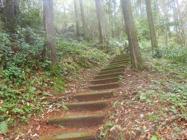 横川城の登城路には石段があります。