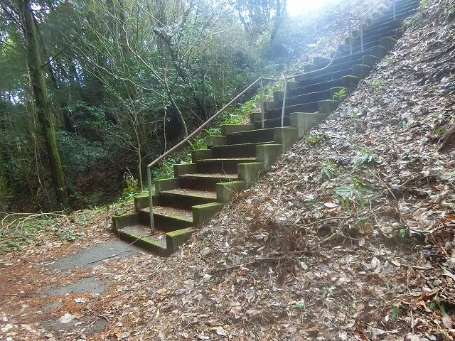 堀切から主郭に登る石段がありました。