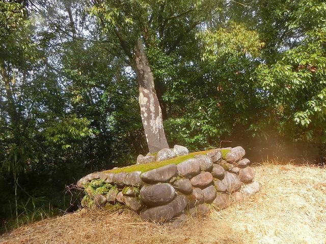 土塁の上には横川城の城址碑があります。